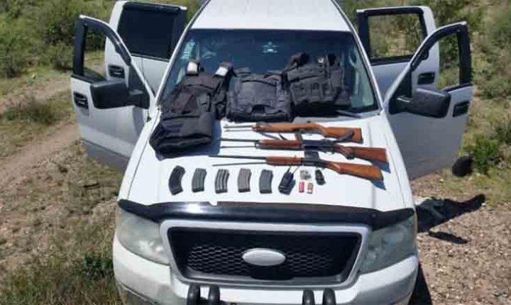 POLICÍAS ESTATALES ASEGURAN ARMAS Y CAMIONETA ROBADA EN NORIA DE ÁNGELES